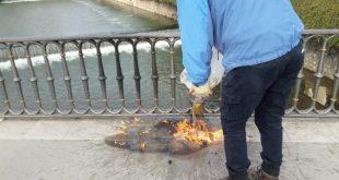 Έκαψε μια σακούλα με λεφτά στην Κεντρική Πεζογέφυρα Τρικάλων