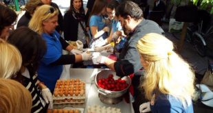 Έβαψαν και πρόσφεραν αβγά στα Τρίκαλα