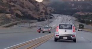 Αυτοκίνητο ντεραπάρει μετά από εν κινήσει… κλωτσιά από μοτοσικλετιστή !!! | ΒΙΝΤΕΟ
