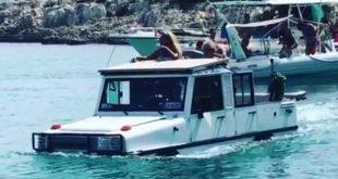 «Αμφίβιο» τζιπ αλωνίζει στην Αντίπαρο μέσα στη θάλασσα