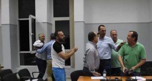 Σύρραξη στο Δημοτικό Συμβούλιο Φαρκαδόνας Τρικάλων | ΒΙΝΤΕΟ