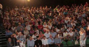 Κατάμεστο το υπαίθριο θέατρο στο αφιέρωμα για τον Δημήτρη Μητροπάνο