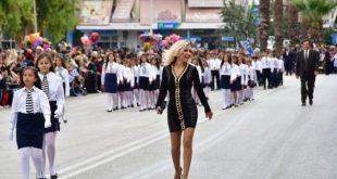 Η ξανθιά δασκάλα που σάρωσε στην παρέλαση