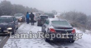 Εγκλωβισμένοι οδηγοί στο χιόνι δέχθηκαν επίθεση από ρομά