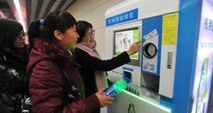 Αγοράζουν εισιτήρια για το μετρό πληρώνοντας με... πλαστικά μπουκάλια