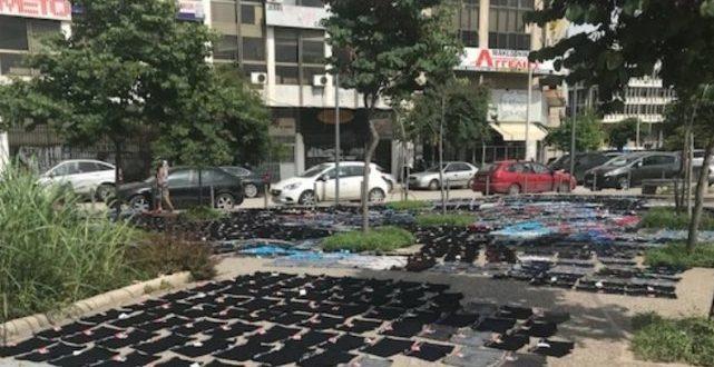 Άπλωσε εκατοντάδες μποξεράκια να στεγνώσουν στο πεζοδρόμιο