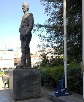 Κατέβασαν από τον ιστό τη σημαία της ΕΕ στην κεντρική πλατεία Τρικάλων!