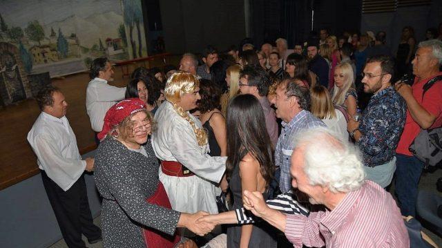 Ενθουσίασε το κοινό η θεατρική ομάδα Μ. Καλυβίων στην παράσταση «Μαρία Πενταγιώτισσα» | ΒΙΝΤΕΟ