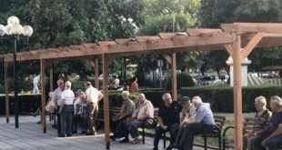 Προσωρινή λύση σκιάς το κιόσκι στην κεντρική πλατεία