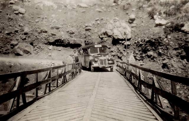 Το λεωφορείο της γραμμής Τρίκαλα - Τύρνα στην γέφυρας Πύλης το 1955