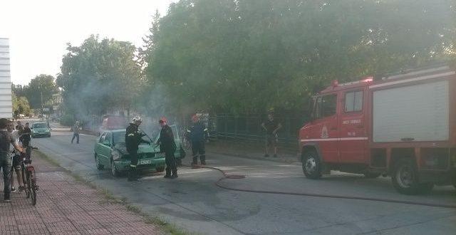 Φωτιά εκδηλώθηκε σε ΙΧ που κινούνταν στα Τρίκαλα
