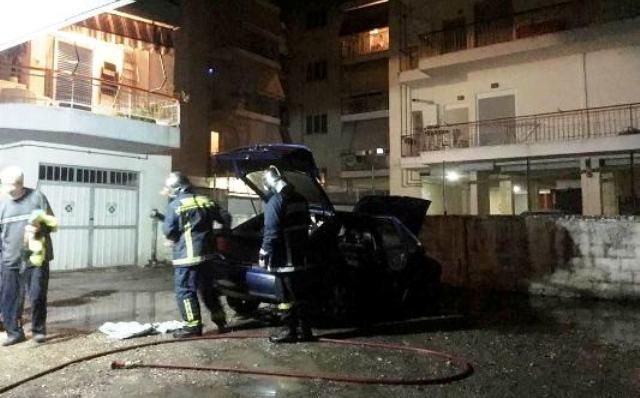 Αυτοκίνητο τυλίχθηκε στις φλόγες στο κέντρο των Τρικάλων!