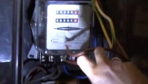 Χειροπέδες σε 48χρονο για κλοπή ρεύματος