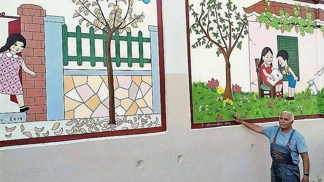 Παππούς ζωγράφισε το αλφαβητάρι των παιδικών μας χρόνων σε σχολείο