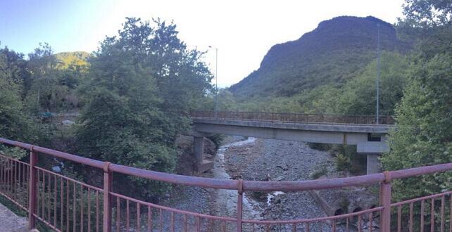 "Photo of Με κατάρρευση κινδυνεύει η γέφυρα ""Κουκουράβα"" που οδηγεί σε ορεινά χωριά της Καλαμπάκας | ΦΩΤΟ"