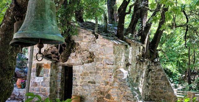 Θαύμα της φύσης: Η εκκλησία με τα 17 δέντρα