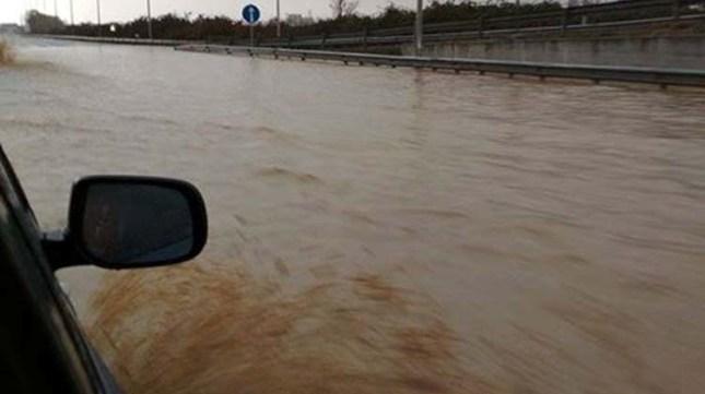 Σε θάλασσα μετατράπηκε η εθνική οδός προς Λάρισα