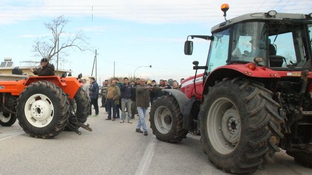 "Photo of Αγροτικά μπλόκα – ""ζεσταίνουν"" τις μηχανές οι αγρότες"
