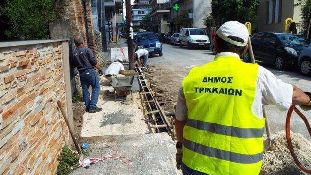 Ανακατασκευάζονται τα πεζοδρόμια των Τρικάλων