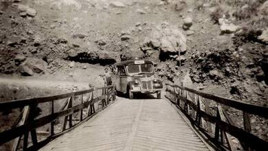 Photo of Το λεωφορείο της γραμμής Τρίκαλα – Τύρνα στην γέφυρα Πύλης το 1955