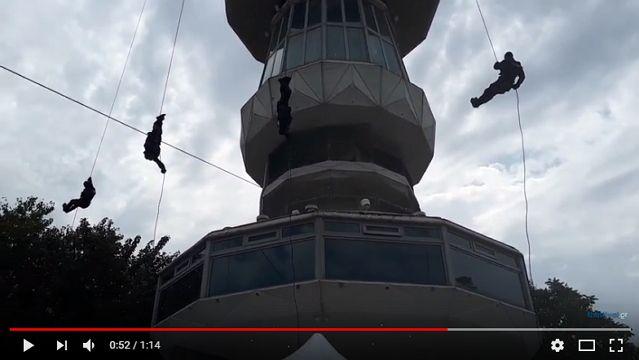 Εντυπωσιακή καταρρίχηση από άνδρες των ΕΚΑΜ από τον Πύργο του ΟΤΕ στην Δ.Ε.Θ.