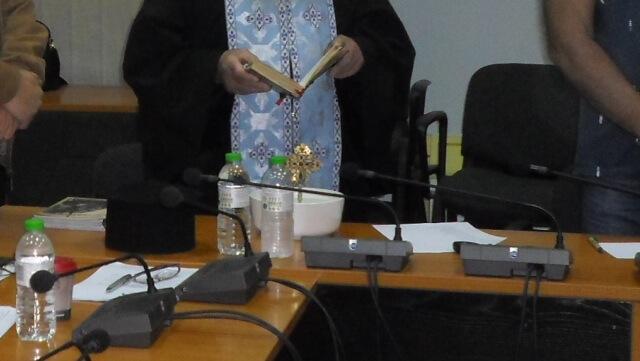 Έκαναν αγιασμό σε Δημοτικό Συμβούλιο για να σταματήσουν οι τσακωμοί!