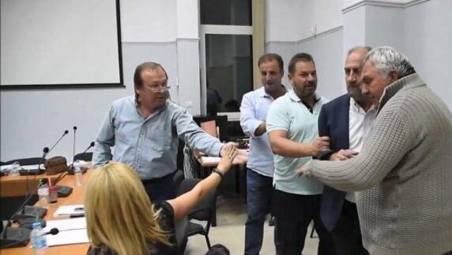 Ασύλληπτες εικόνες στο δημοτικό συμβούλιο Φαρκαδόνας!!!