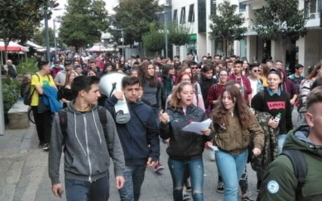 Μαθητική πορεία στο κέντρο των Τρικάλων