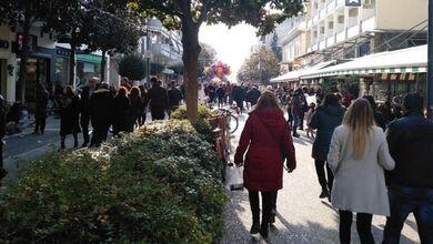 Πολύς κόσμος για βόλτα λίγοι κάνουν αγορές