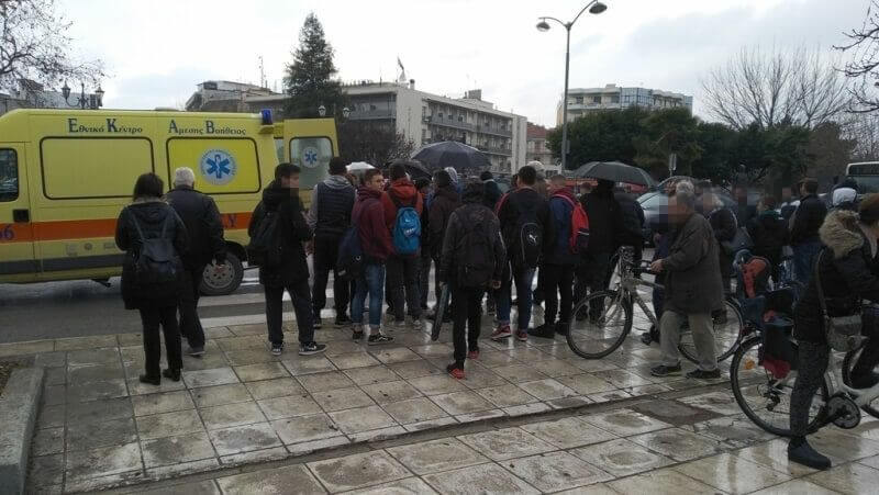 Αυτοκίνητο παρέσυρε πεζό στο κέντρο των Τρικάλων!