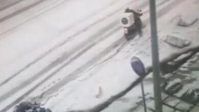 """Η """"μάχη"""" δύο ντελιβεράδων μέσα στο χιόνι"""