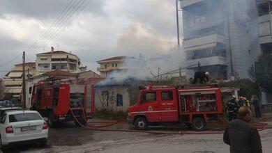 Στις φλόγες εγκαταλελειμμένη οικία στα Τρίκαλα