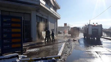 Συναγερμός από φωτιά διπλά σε βενζινάδικο στα Τρίκαλα