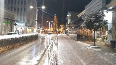 Οι χιονισμένοι δρόμοι στο κέντρο των Τρικάλων
