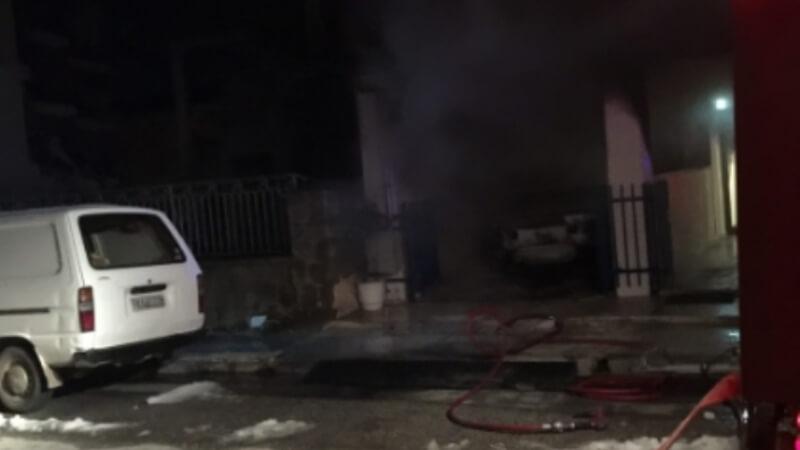 Στις φλόγες όχημα σε πολυκατοικία των Τρικάλων