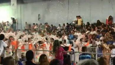 Η τρομακτική στιγμή που καταρρέουν κερκίδες γεμάτες με καρναβαλιστές