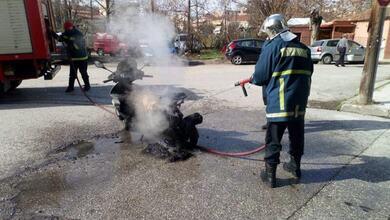 Πήρε φωτιά μηχανάκι νεαρής Τρικαλινής... εν κινήσει!