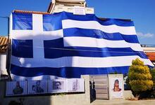 """""""Έντυσε"""" το σπίτι του με ελληνική σημαία 140 τ.μ"""