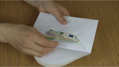 Άγνωστος πετά φακέλους γεμάτους χαρτονομίσματα