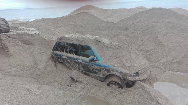 Ξεθάφτηκε όχημα μέσα από την άμμο στην παραλία Καναλίου