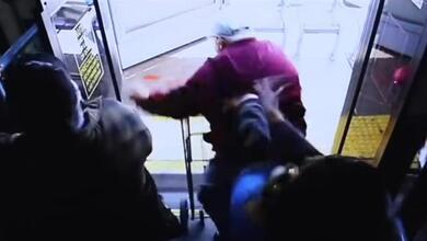 Κτηνωδία: Νεαρή σπρώχνει ηλικιωμένο από το λεωφορείο στο θάνατο!