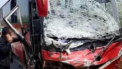 Οδηγός λεωφορείου κοιτά το κινητό του και προκαλεί τροχαίο