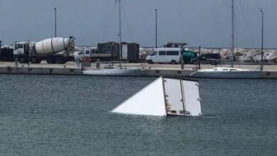 Φορτηγό ...βρέθηκε να «κολυμπάει» στη θάλασσα