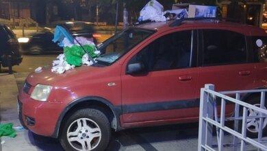 Γέμισαν με σκουπίδια το παράνομα παρκαρισμένο αυτοκίνητο!!!