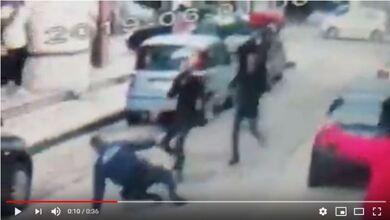 Βίντεο δείχνει «μπράβους» να χτυπούν αστυνομικό