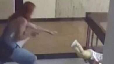 Μητέρα πιάνει τελευταία στιγμή το παιδί της πριν πέσει από τον 4ο όροφο