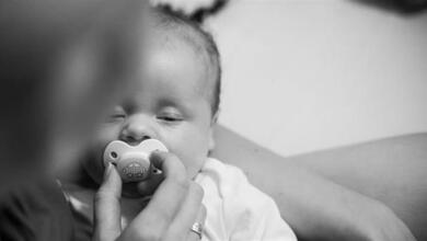Ώρες αγωνίας για μωρό που έκοψε και κατάπιε την πιπίλα του