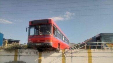 Λεωφορείο του ΟΑΣΘ βρέθηκε να κρέμεται στο κενό!