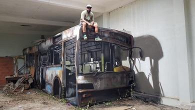 Κι όμως δεν κάθεται πάνω σε λεωφορείο