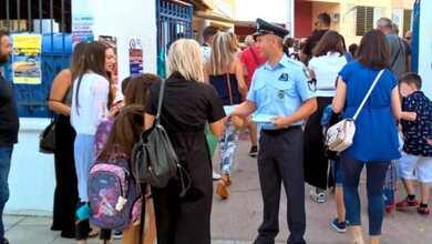 Ενημερωτικά φυλλάδια διένειμαν αστυνομικοί σε γονείς και μαθητές